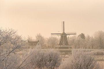 Zicht op de oude windmolen in de stad Kampen tijdens de winter van Sjoerd van der Wal