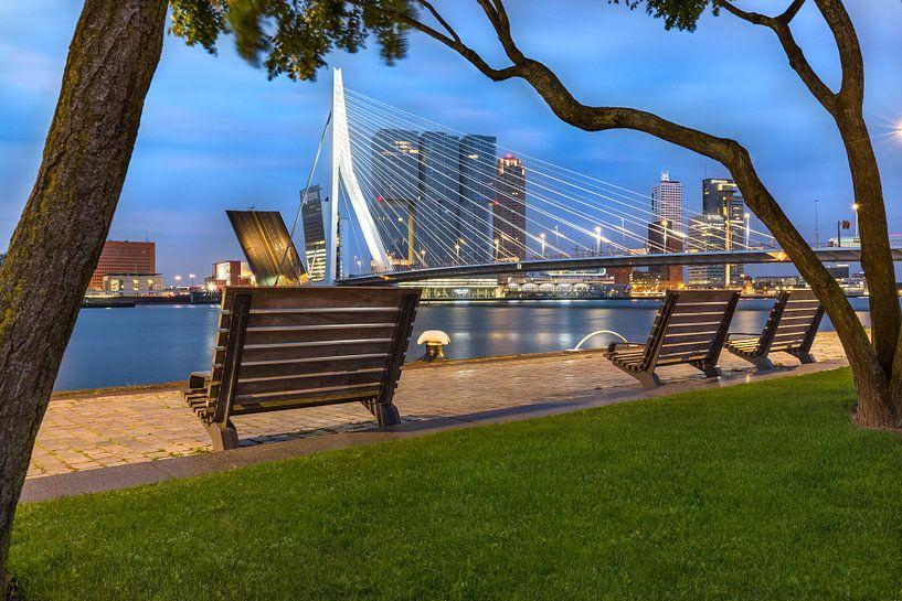 Open Erasmusbrug op vroege ochtend Rotterdam van Prachtig Rotterdam