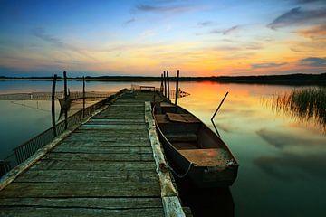 Jetty met roeiboot bij zonsondergang van Frank Herrmann