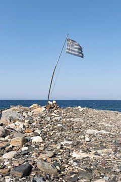 Griekse vlag op kiezelstrand bij de zee van Monique Giling