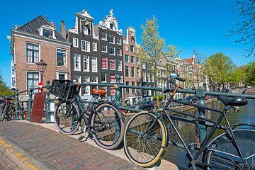 Fietsen op de grachten in Amsterdam van Nisangha Masselink