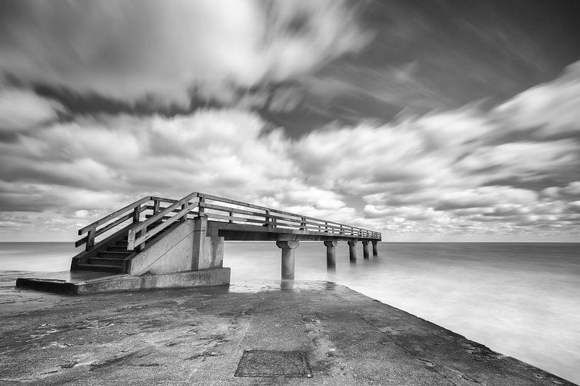 Black & White pier in de zee bij Omaha Beach Normandië  van Silvia Thiel