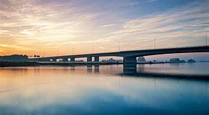 Verkeersbrug Zwolle met ondergaande zon van