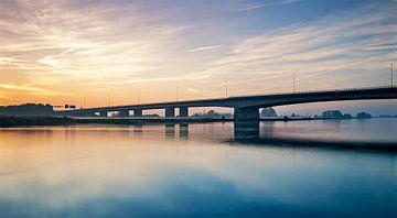 Verkeersbrug Zwolle met ondergaande zon sur Erwin Zeemering