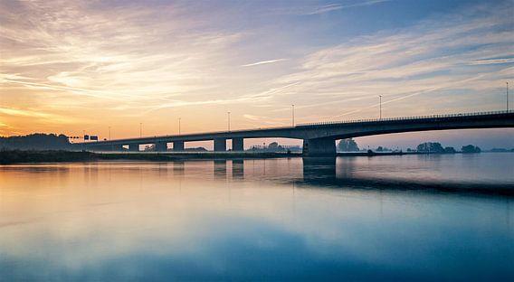 Verkeersbrug Zwolle met ondergaande zon