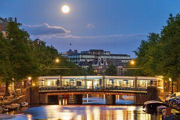Volle maan Amsterdam met tram von Dennis van de Water