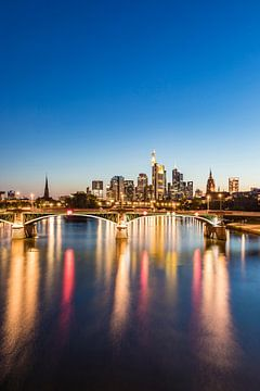 Skyline met het bankdistrict in Frankfurt am Main van Werner Dieterich