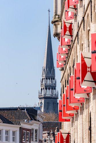 Goudse luiken en de toren van de Sint-Janskerk van