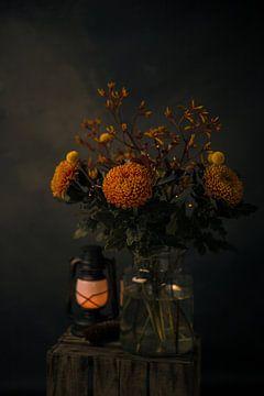 Stilleven foto van herfstboeket en lantaarn met low-keybelichting van Mayra Pama-Luiten