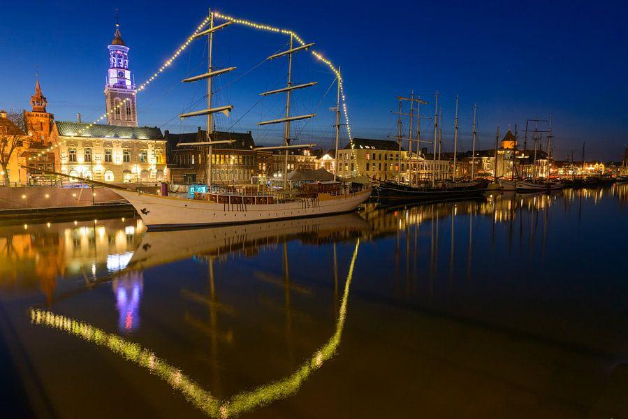 Kampen in de avond met de historische bruine vloot afgemeerd aan de kade