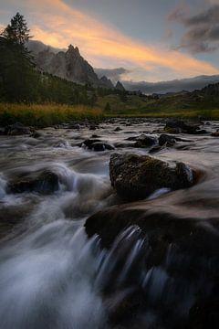 Sonnenuntergang im Vallée de la Clarée in den französischen Alpen. von Jos Pannekoek