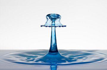 Blauw waterdruppel als een lampenkap van Focco van Eek