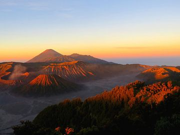 SpekSpectaculaire zonsopgang bij de vulkaan Mount Bromo op Java van Thomas Zacharias