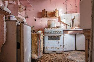 Kleurvol keukentje in een verlaten huisje von
