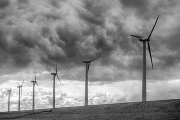 Duistere wolken boven windmolens van Carla Schenk
