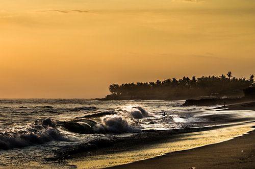 zonsondergang in de golven van