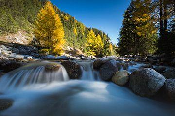 Schnell fließender Gebirgsfluss. von Rick Ermstrang