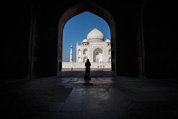 Vrouw in schaduw voor de Tai Mahal in Agra India