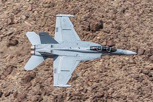 Fast and low! Een Boeing EA-18G Growler raast door de Rainbow Canyon! van Jaap van den Berg