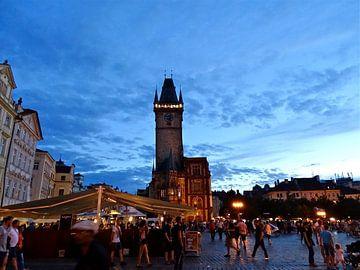 Oude Stadsplein in Praag in de avondschemer van Tineke Laverman