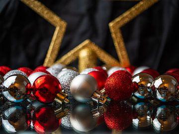 Boules et étoile de Noël sur Mustafa Kurnaz