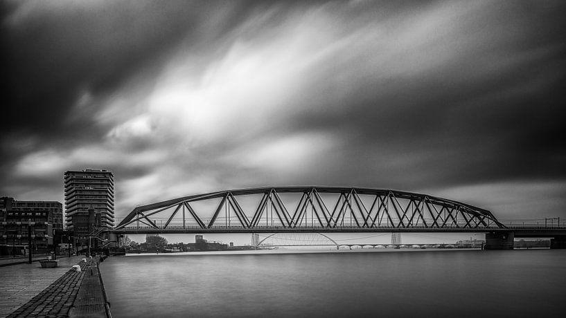 Spoorbrug Nijmegen (zwart / wit) van Lex Schulte