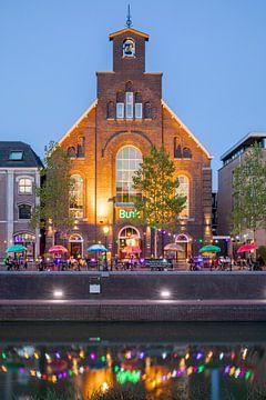 Bunk hotel in Utrecht in de avond langs de hernieuwde Singel