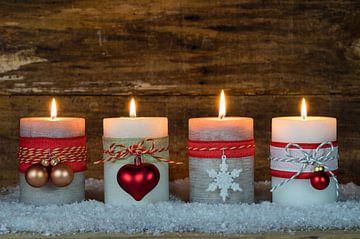 Kerstmis of Advent houten achtergrond met brandende kaarsen van Alex Winter