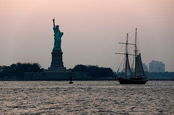 Vrijheidsbeeld en zeilboot. van Ton de Koning