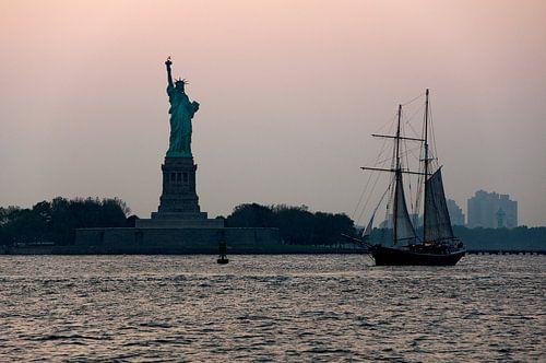 Vrijheidsbeeld en zeilboot.
