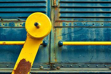 Zijkant van een oude locomotief met gele hendel van Jenco van Zalk