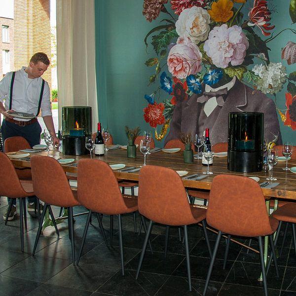 Klantfoto: Zelfportret met bloemen 3 (groengrijze achtergrond) van toon joosen, op behang