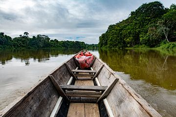 Kajak over de rivier van Ton de Koning