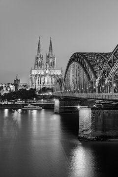 La cathédrale de Cologne et le pont Hohenzollern en noir et blanc sur Michael Valjak