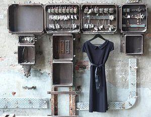 LBD/ zwarte jurk aan oude meterkast in oude urban fabriek. van Tineke Bos