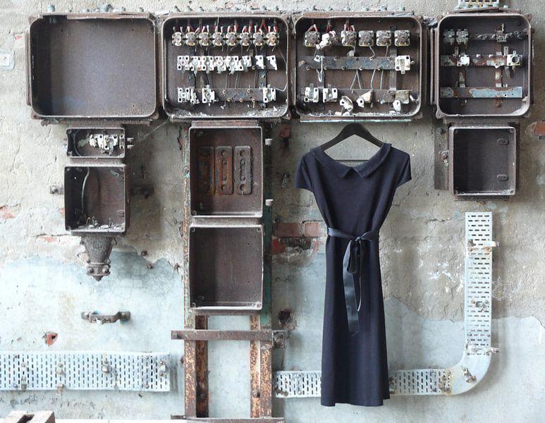 Jurk aan oude meterkast in urban fabriek. (door Europa geëxposeerd  voor de World Urban Photo Award