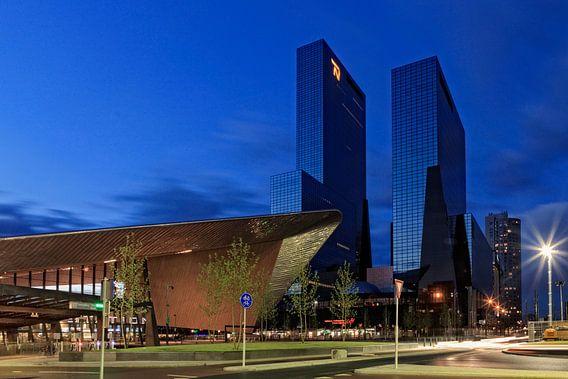 schemering valt over de moderne architectuur in het centrum van Rotterdam