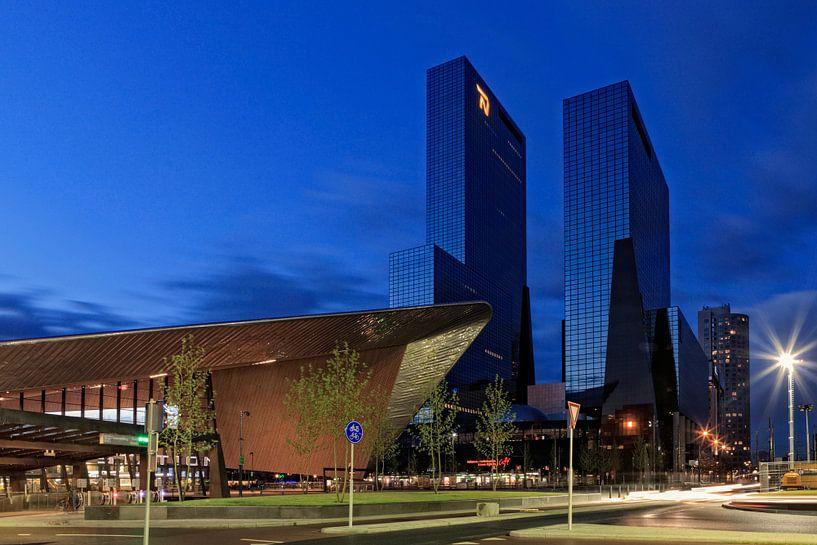 schemering valt over de moderne architectuur in het centrum van Rotterdam van gaps photography