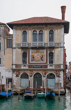 Paleis met mozaieke facade aan kanaal in oude stad Venetie, Italie van Joost Adriaanse
