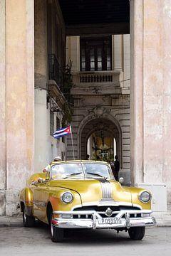 Voiture ancienne dorée à La Havane, Cuba sur Elles van der Veen