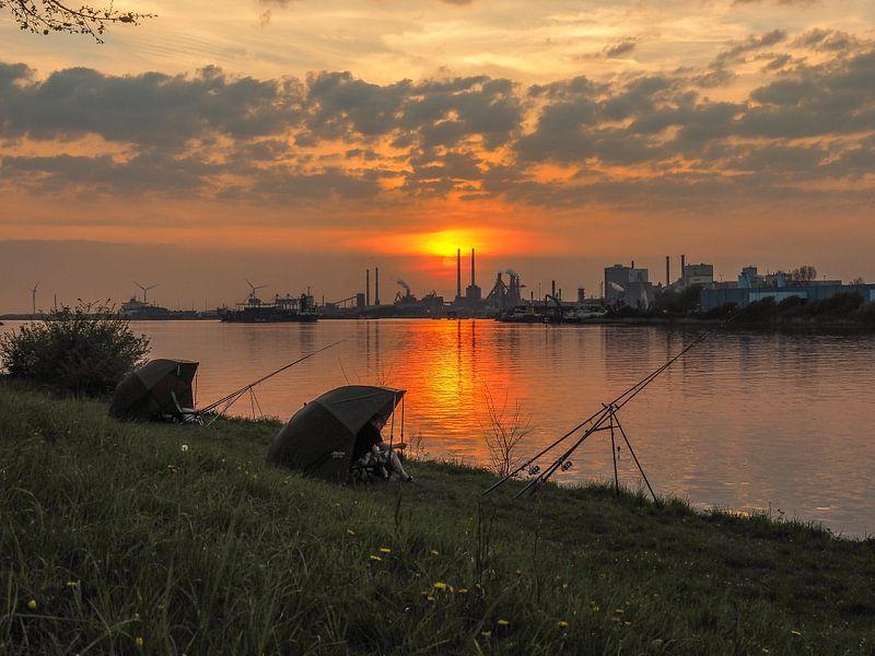 Zonsondergang bij de Noordzeekanaal in Velsen-Zuid