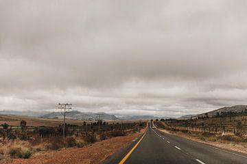 Die südafrikanischen Straßen an einem bewölkten Tag. von Floor Bogaerts