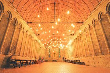 Middeleeuwse zaal met lichtjes in Mont Saint-Michel van Dennis van de Water