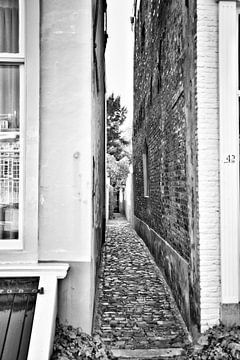 Blick in die enge Gasse der Stadt Middelburg von Mariska Wondergem