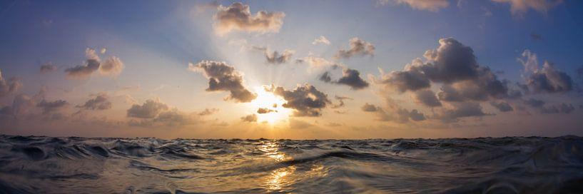Zonsondergang in de zee van Jan van Kemenade