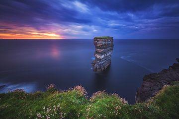 Ierland Downpatrick Head op het blauwe uur van Jean Claude Castor