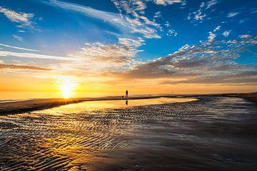 zomerse zonsondergang op het Hollandse Noordzeestrand van eric van der eijk