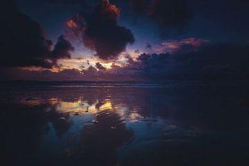 La lumière du soir se reflète dans la mer sur Florian Kunde