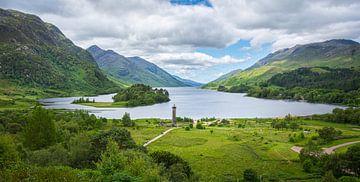 Weite Ansicht des Glenfinnan-Denkmals am Loch Shiel in Schottland