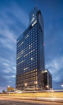 Uitzicht op de indrukwekkende AKD wolkenkrabber Rotterdam van Tony Vingerhoets